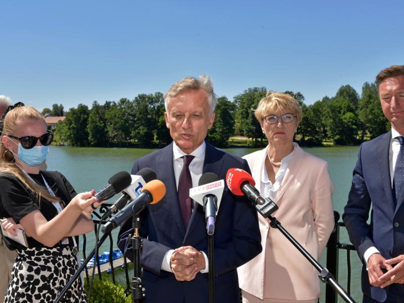 Konferencja prasowa na tarasie hotelu Woiński w Lubniewicach