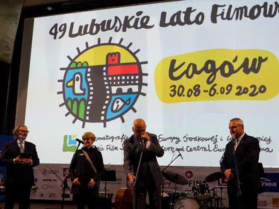 Otwarcie festiwalu, na scenie marszałek Elżbieta Anna Polak i Andrzej Kawala - dyrektor festiwalu