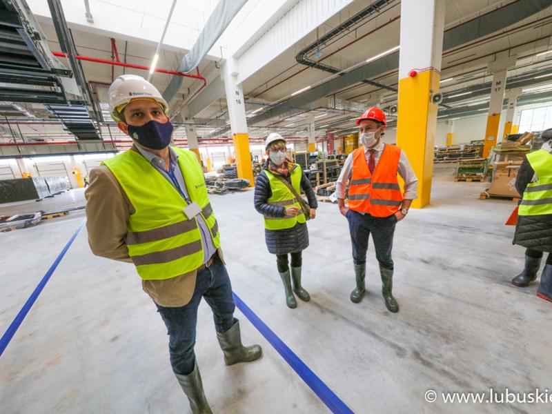 W środę (3 marca) teren budowy magazynu Amazona w Świebodzinie odwiedzili marszałek Elżbieta Anna Polak, członek zarządu Marcin Jabłoński, poseł Waldemar Sługocki oraz radny wojewódzki Grzegorz Potęga.