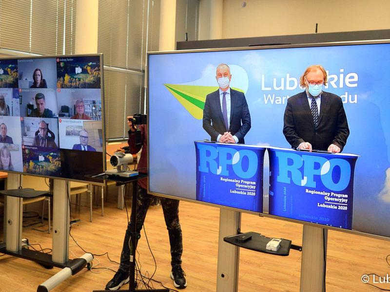 Telewizory z uczestnikami konferencji.