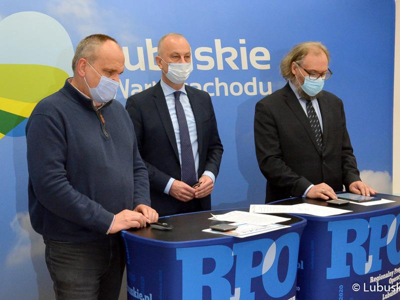 Od lewej: Jerzy Ostrouch, prezes szpitala w Gorzowie Wlkp., członek zarządu Marcin Jabłoński, dyrektor Biura Projektów Własnych Wojciech Olszewski