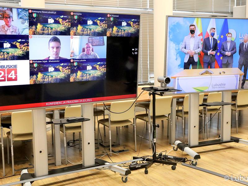 Konferencja prasowa dot. budowy ścieżki rowerowej Zielona Góra - Marzęcin - NIedoradz - Otyń oraz zakupu działki w Nowym Kisielinie. Na zdjęciu monitory z uczestnikami wideokonferencji.