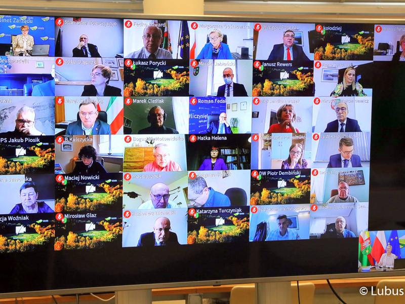 Sesja Sejmiku Województwa Lubuskiego. Na zdjęciu monitor z uczestnikami sesji.