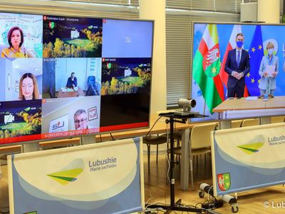 Konferencja prasowa nt. rozliczenia szpitali z NFZ oraz stanu epidemicznego w lubuskich lecznicach. Na zdjęciu monitory z uczestnikami konferencji.