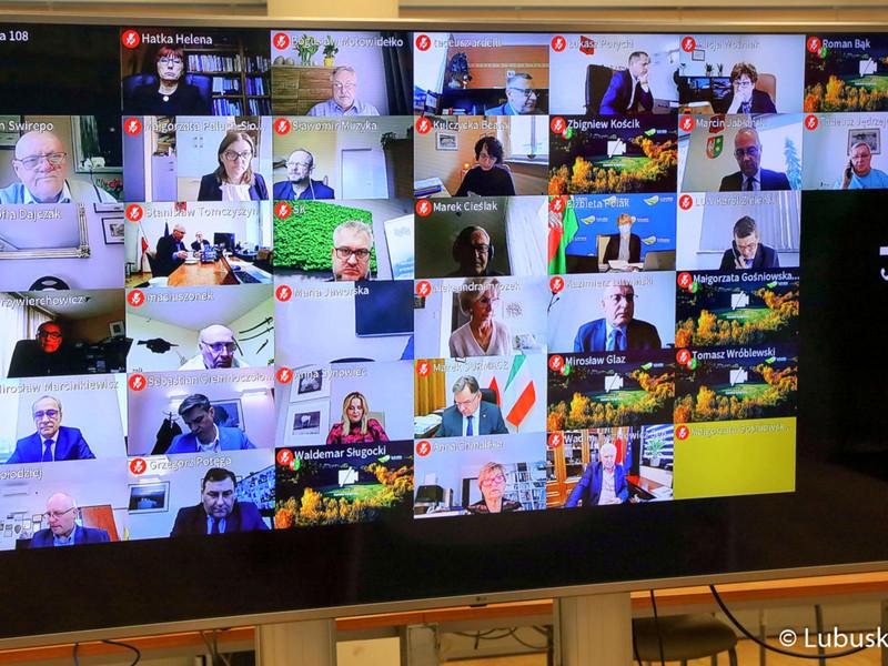 Sesja Sejmiku Województwa Lubuskiego - 12 kwietnia 2021 r. Na zdjęciu monitor z uczestnikami.