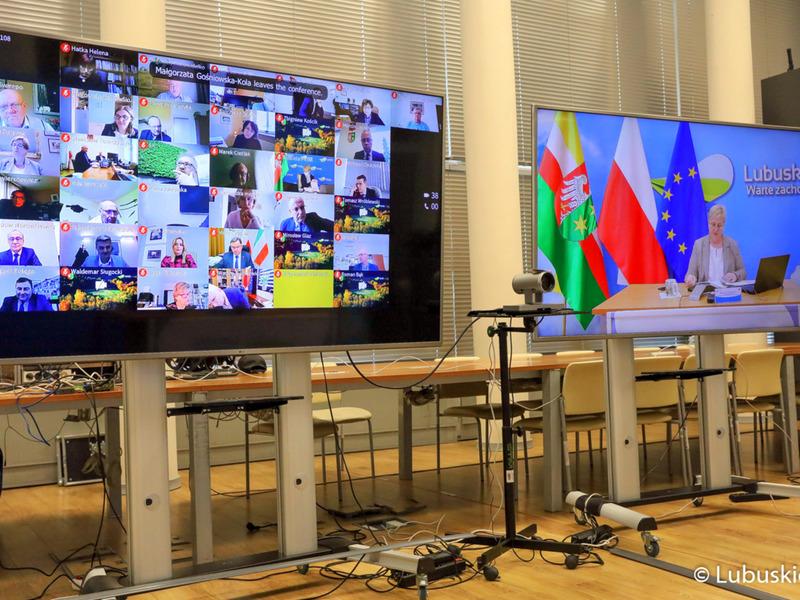 Sesja Sejmiku Województwa Lubuskiego - 12 kwietnia 2021 r. Na zdjęciu monitory z uczestnikami.