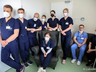 Studenci IV roku medycyny na Uniwersytecie ZIelonogórskim, którzy odbywają zajęcia praktyczne w szpitalu w Gorzowie, podczas  spotkania z marszałek Elżbietą Anną Polak.