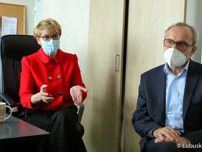 Marszałek Elżbieta Anna Polak oraz wiceprzewodniczący sejmiku Mirosław Marcinkiewicz podczas spotkania się ze studentami IV roku medycyny na Uniwersytecie ZIelonogórskim, którzy odbywają zajęcia praktyczne w szpitalu w Gorzowie.