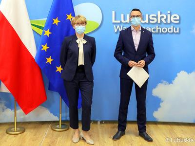 Marszałek Województwa Lubuskiego, Elżbieta Anna Polak oraz burmistrz Kożuchowa, Paweł Jagasek podczas konferencji prasowej dotyczącej Krajowego Planu Odbudowy