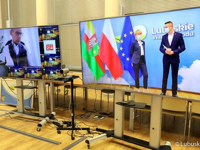 Monitory z uczestnikami konferencji prasowej dotyczącej Krajowego Planu Odbudowy