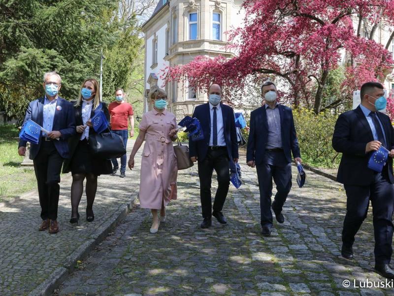 """Uczestnicy konferencji prasowej """"Śladami Unii Europejskiej"""" w Muzeum im. J. Dekerta w Gorzowie Wlkp."""