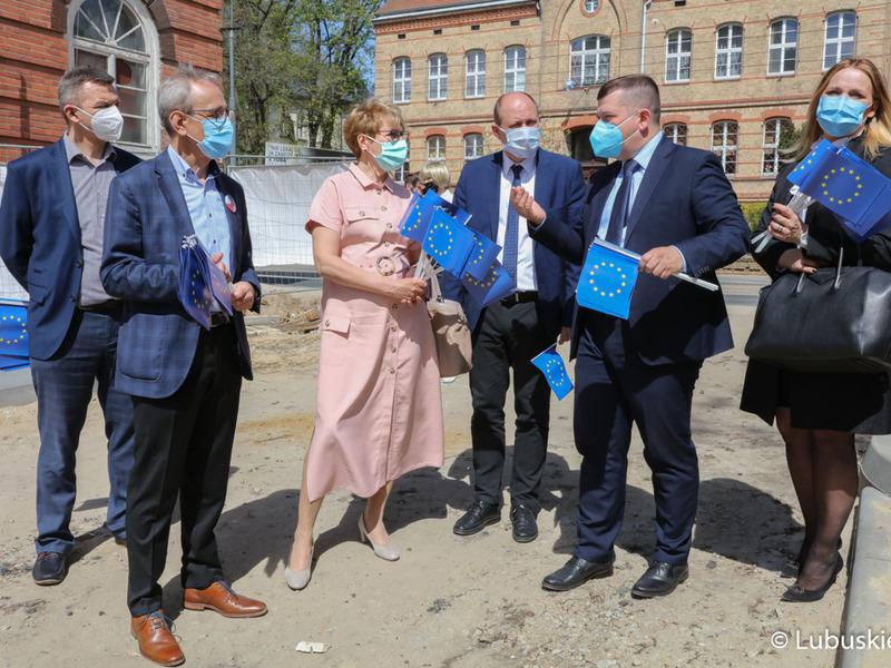"""Uczestnicy konferencji prasowej """"Śladami Unii Europejskiej"""" podczas spaceru w Gorzowie Wlkp."""