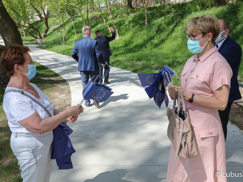 Marszałek Elżbieta Anna Polak podczas spaceru po bulwarze w Gorzowie Wlkp. wręczała mieszkańcom flagi Unii Europejskiej