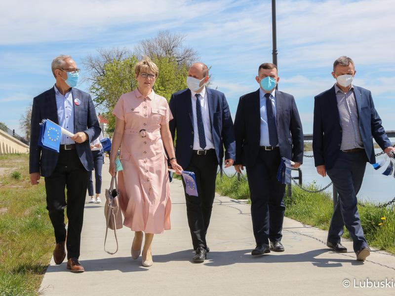 """Uczestnicy konferencji prasowej """"Śladami Unii Europejskiej"""" podczas spaceru po gorzowskim bulwarze"""