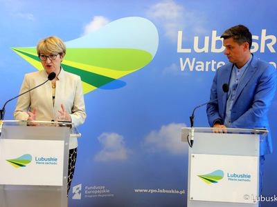 Marszałek Elżbieta Anna Polak (na zdjęciu) oraz radny wojewódzki, Sebastian Ciemnoczołowski podczas konferencji prasowej dot. profilaktyki chorób nowotworowych płu, a także szczepień przeciw COVID-19 oraz grypie.