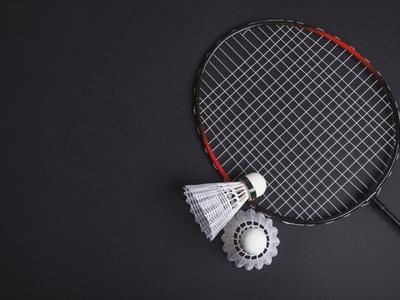 Fotografia przykładowa; paletka i lotka do badmintona