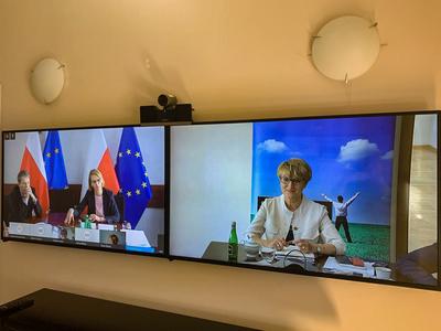 Dwa ekrany telekonferencji; na jednym ekranie widoczne połączenie z Ministerstwem Funduszy i Rozwoju Regionalnego; na drugim ekranie widoczna marszałek Elżbieta Anna Polak