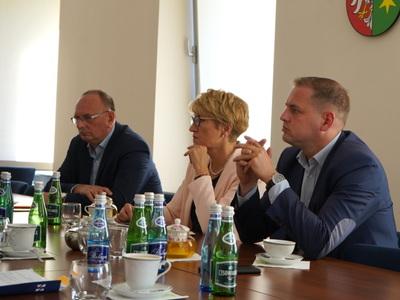 Spotkanie zarządu województwa i przedstawicieli urzędu z operatorami projektu