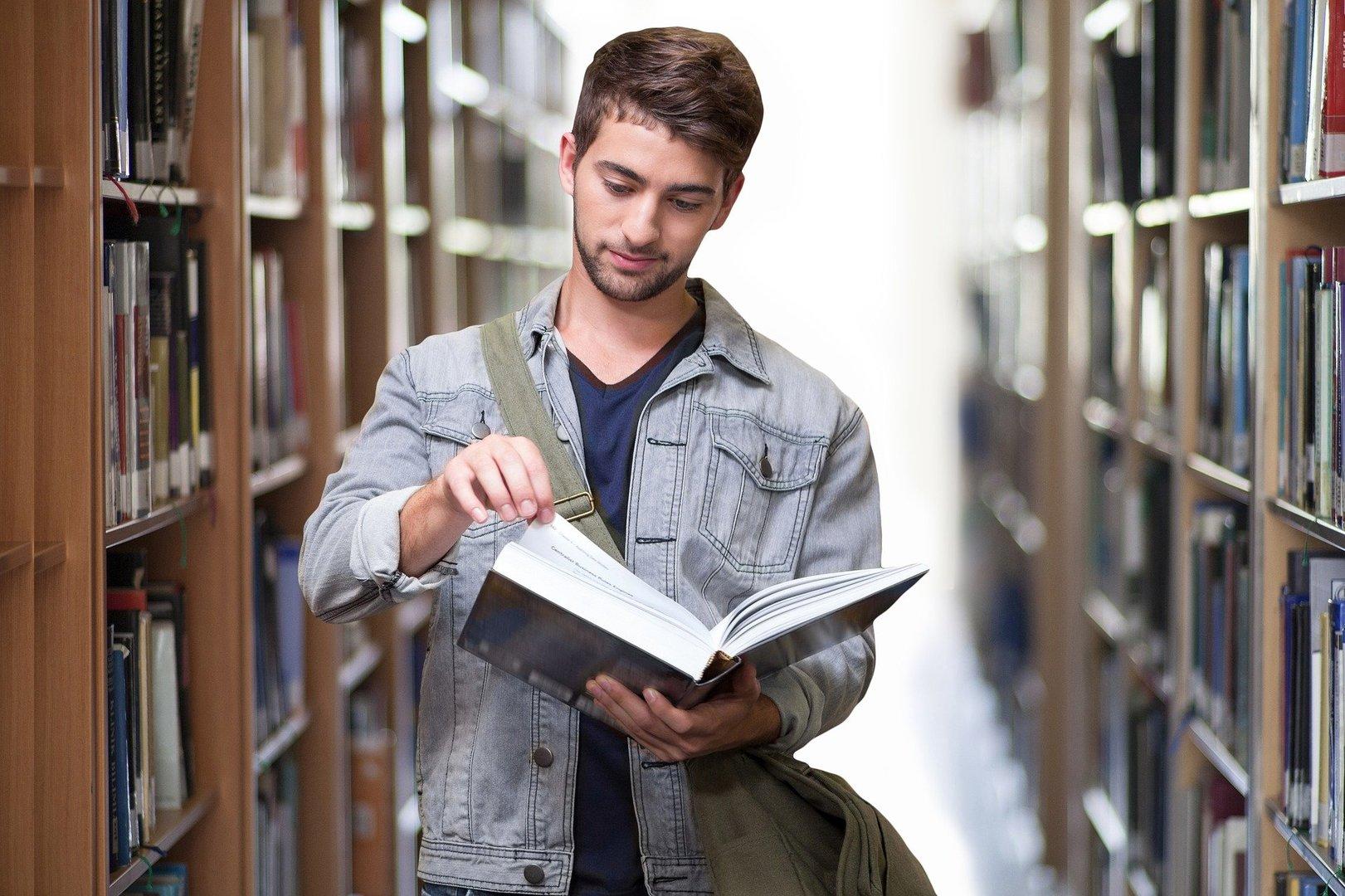 Student z książką.