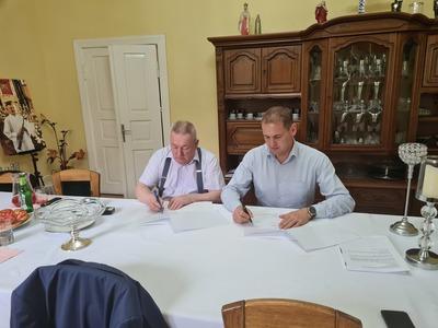 Podpisanie aneksu do umowy na remont kościoła w Chartowie, w gminie Słońsk.
