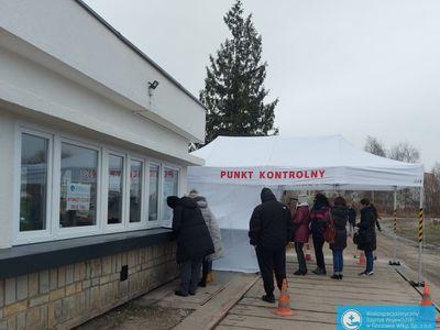 Badanie nauczycieli na obecność koronawirusa SARS-CoV-2 w szpitalu w Gorzowie Wlkp.