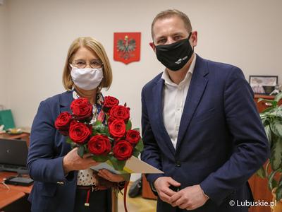 Prof. Bogumiła Burda, kierownik Zakładu Dydaktyki Historii Instytut Historii Uniwersytetu Zielonogórskiego, odebrała gratulacje od wicemarszałka Łukasz Poryckiego