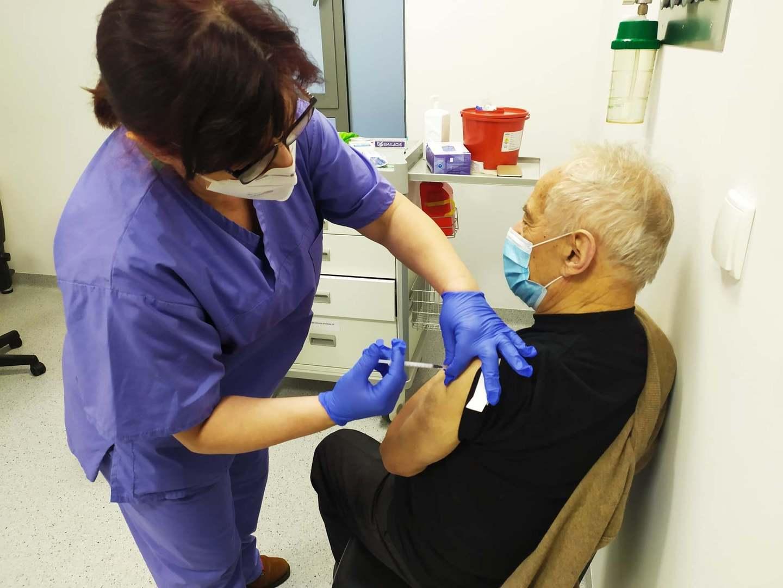 Jedną z pierwszych osób, które się zaszczepiły w Szpitalu Uniwersyteckim w Zielonej Górze był 88-letni pan Florian z Zielonej Góry. Fot. Szpital Uniwersytecki w Zielonej Górze