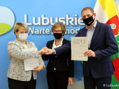 W piątek (12 lutego) Wicemarszałek Województwa Lubuskiego Łukasz Porcyki podpisał umowę na dofinansowanie wsparcia dla osób zagrożonych ubóstwem i wykluczeniem społecznym w Gminie Trzebiel.