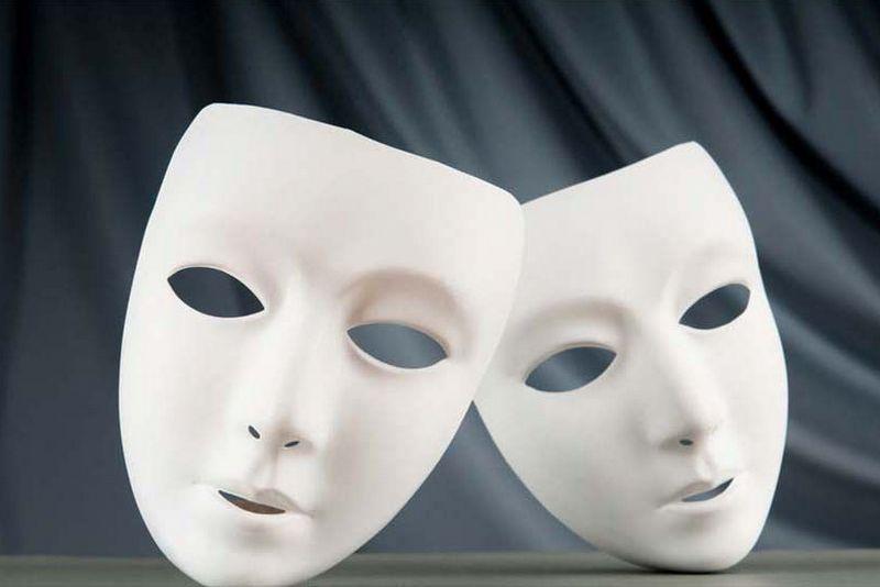 Dwie, białe maski teatralne.