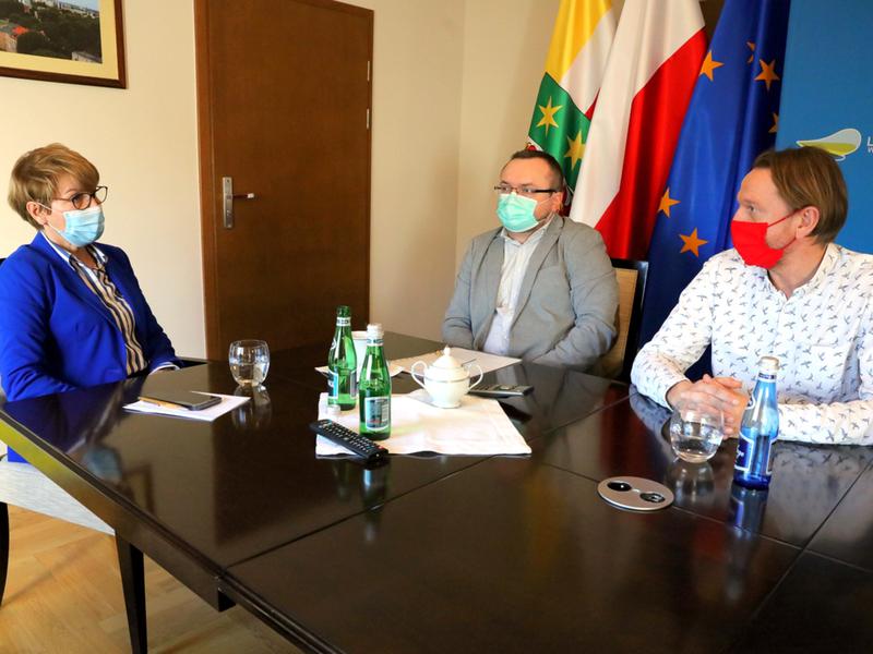Marszałek Elżbieta Anna Polak podczas spotkania z radnym Pawłem Szymonem Towpikiem i dr. Sławomirem Laberem