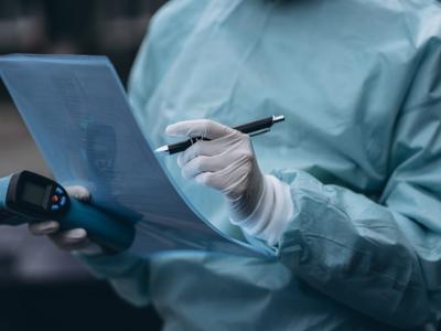 Testy na obecność koronawirusa są bezpłatne. Ich wykonanie finansuje Narodowy Fundusz Zdrowia. Na badanie należy zabrać ze sobą dokument ze zdjęciem i nr PESEL. Fot. Freepik