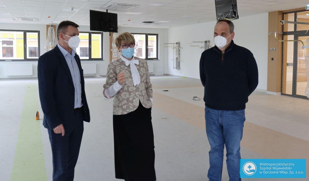 Na zdjęciu od lewej: wiceprezes gorzowskiego szpitala, Robert Surowiec, marszałek Elżbieta Anna Polak oraz prezes gorzowskiego szpitala, Jerzy Ostrouch.