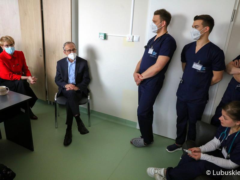 Marszałek Elżbieta Anna Polak rozmawia ze studentami medycyny