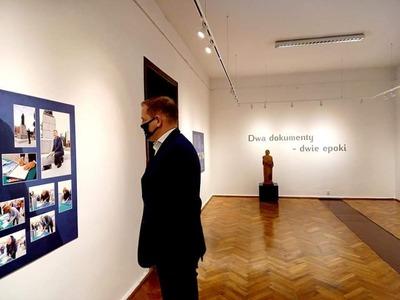 Wicemarszałek Łukasz Porycki oglądający wystawę.