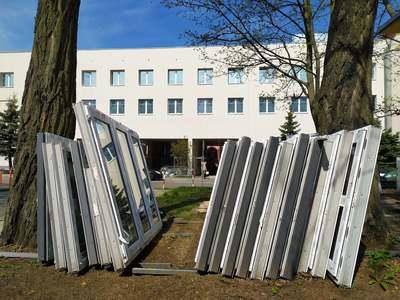 Na budynkach B1 i C1 Szpitala Uniwersyteckiego w Zielonej Górze, które zostały dobudowane do przedwojennego szpitala w latach 70., widać już nową elewację, wymieniana jest też stolarka okienna, drzwiowa oraz ocieplanie. Fot. Szpital Uniwersytecki w Zielonej Górze
