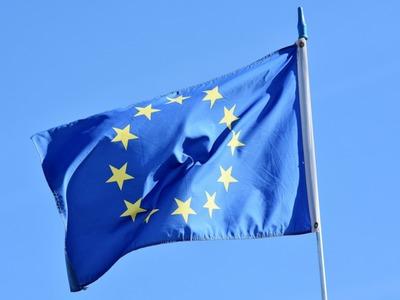 Powiewająca flaga Unii Europejskiej.