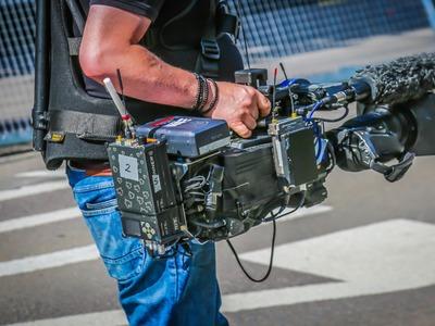 Osoba trzyma kamerę.