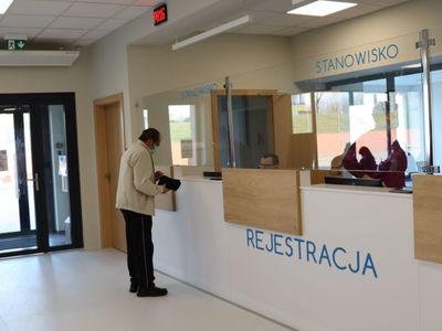 Na 400 metrach kwadratowych znalazło się miejsce nie tylko dla pacjentów oczekujących na przyjęcie do szpitala, ale także poczekalnia dla punktu nocnej i świątecznej opieki medycznej i część obszaru konsultacyjnego SOR. Fot. Wielospecjalistyczny Szpital Wojewódzki w Gorzowie Wlkp.