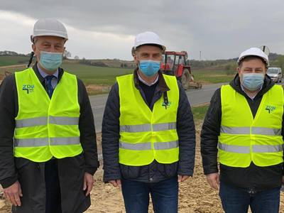 Od lewej: członek zarządu Marcin Jabłoński, poseł Waldemar Sługocki, radny województwa Grzegorz Potęga.