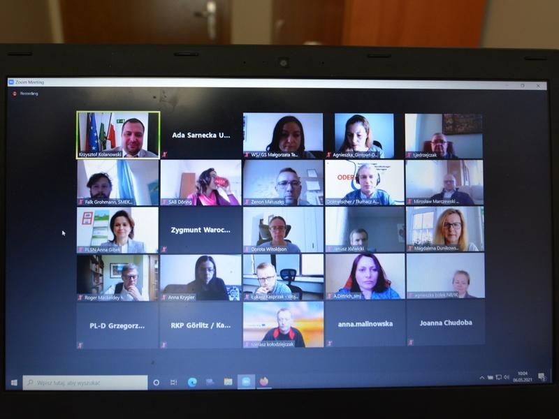 Zdjęcie monitora, przedstawiającego uczestników wideokonferencji.