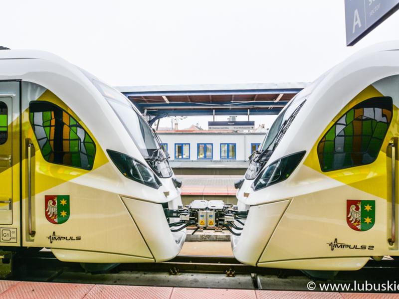 Pociąg stojący na peronie.