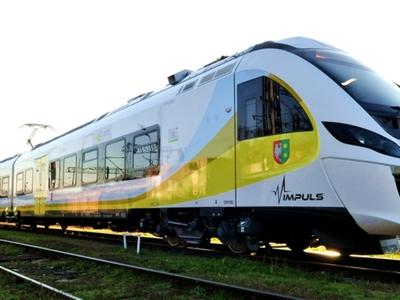 Pociąg typu Impuls stojący na torach.