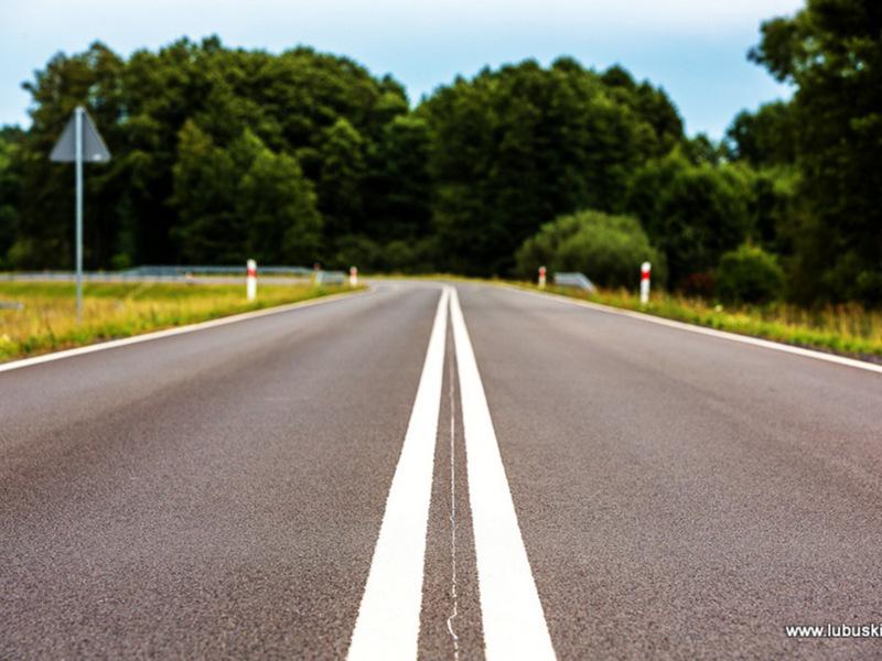 Droga dla samochodów z dwoma pasami ruchu.