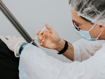 Pracownicy urzędu marszałkowskiego i jednostek mu podległych będą szczepieni preparatem firmy Pfizer. Fot. unsplash