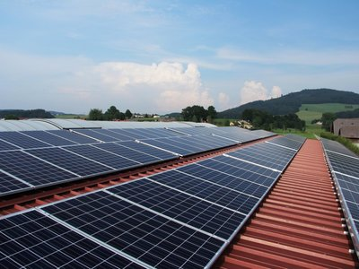 Panele słoneczne na dachu.