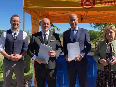 W poniedziałek (31 maja) Członek Zarządu Województwa Lubuskiego, Marcin Jabłoński podpisał aneks do umowy na budowę ścieżki rowerowej na odcinku między Świebodzinem a Szczańcem.