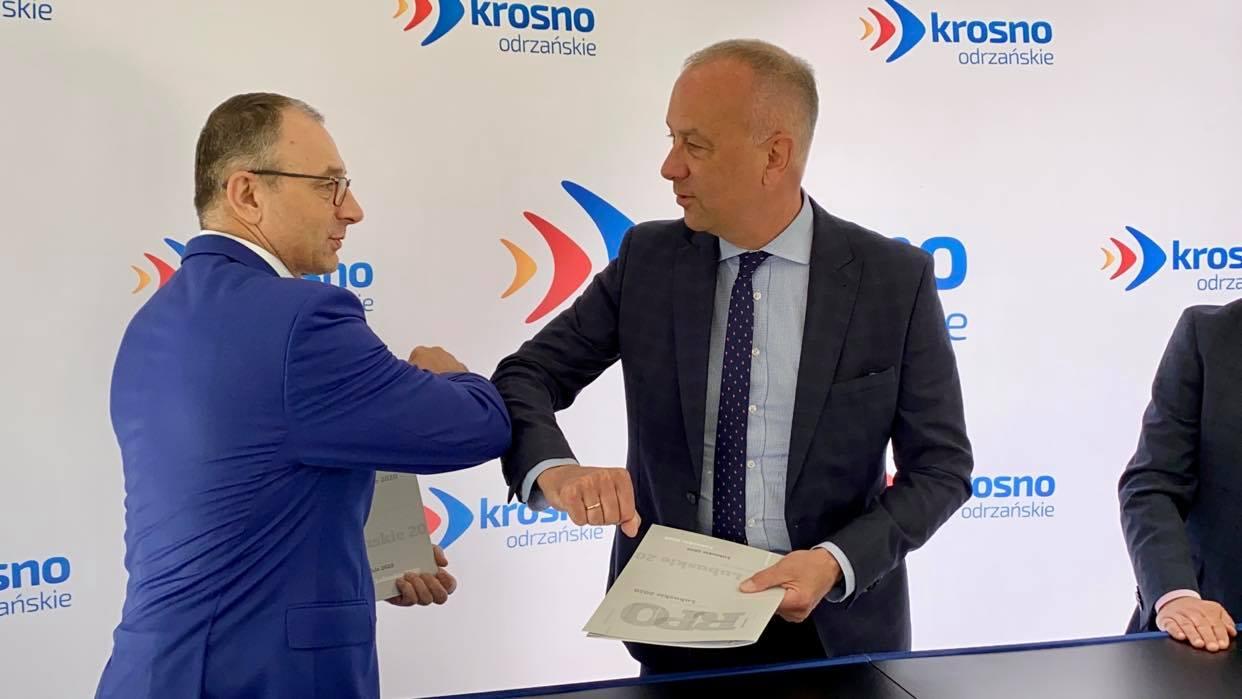 W poniedziałek (31 maja) w parku miejskim umowę podpisali: Członek Zarządu Województwa Lubuskiego, Marcin Jabłoński (w środku) oraz Burmistrz Krosna Odrzańskiego, Marek Cebula (z lewej).