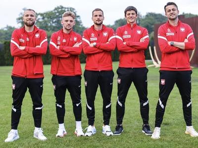 Od lewej stoją: Tymoteusz Puchacz, Kamil Jóźwiak, Tomasz Kędziora, Dawid Kownacki i Łukasz Fabiański. Fot. facebook.com/LukaszFabianskiOfficial